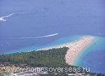 Знаменитый галечный пляж «Золотой мыс» в Боле